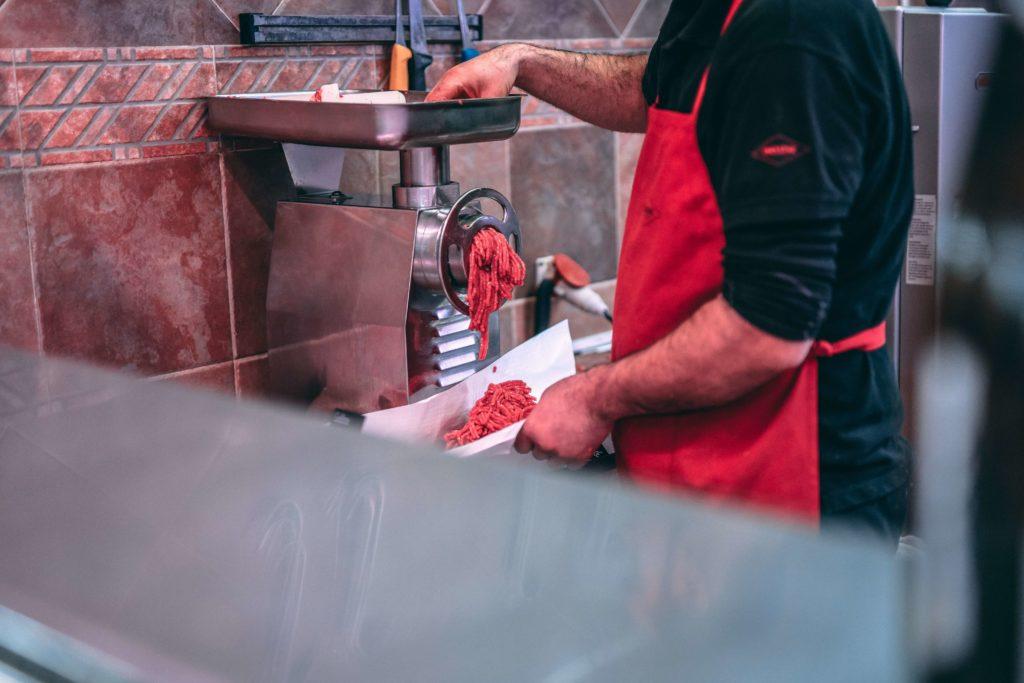 Macellaio lavora la carne