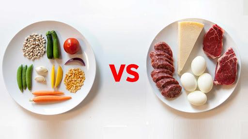Vegani e Carnivori : due piatti mostrano gli alimenti delle due diete