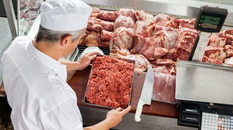 Macellaio con carne fresca