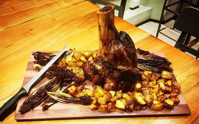 Carne di bufalo servita con patate